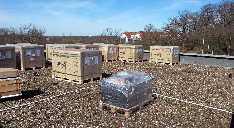 Bau der Solaranlage auf dem Schulzentrum Holthausen in Hattingen