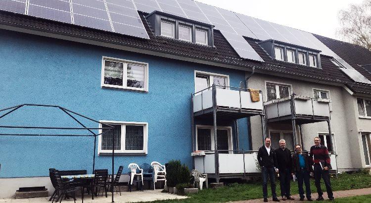 Das Foto hat Uwe Slotkowski von der BEG-58 gemacht, es zeigt von links nach rechts Jörg Menge (Mitarbeiter der hwg), Andreas Heinicke (Solaranlagenpate der BEG-58) Jürgen Blasius (Solarteur BSS Solarsysteme) und Peter Modrei (Projektenwickler der BEG-58)