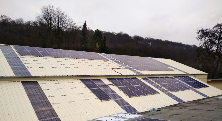 Solaranlage auf dem Dach einer Lagerhalle.