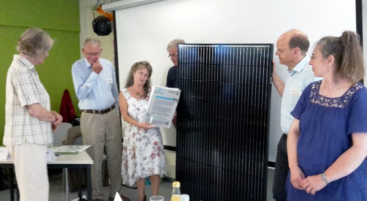 Dr. Johann-Christian Kingreen verlässt den Aufsichtsrat der BEG-58 und erhält ein Stecker-Solar-Modul zum Abschied.