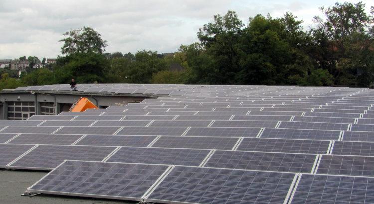 Solarstromanlage der Bürgerenergiegenossenschaft 58 auf dem Dach der Fahrzeughalle der Stadtwerke Hattingen noch reichlich Platz für eine Solarstromanlage.