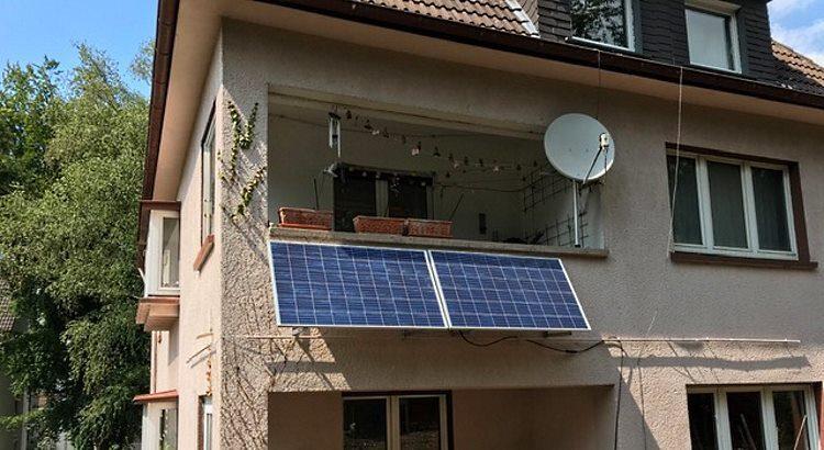 Stecker-Solarmodul an einem Balkon in Hagen